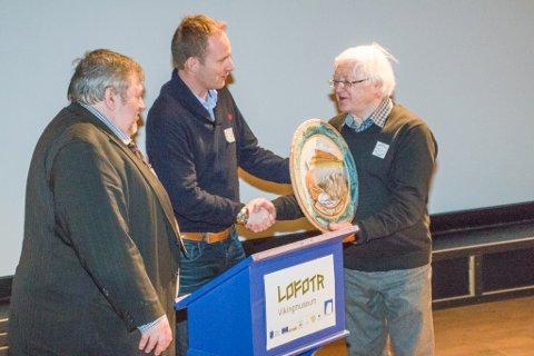 Ordfører Remi Solberg og historielagets Eldar Andersen overrekker gave til historielagets formann Kolbjørn Bugge.
