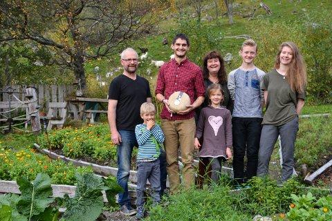 Familien Åland står bak den vellykkede bedriften Aalan Gård. Fra venstre: Knut Åland, Ludvik Rasmussen Åland, Gøran Rasmussen Åland, Hjertine Rasmussen Åland, Tove Åland, Adrian Dybdahl og Tora Åland.