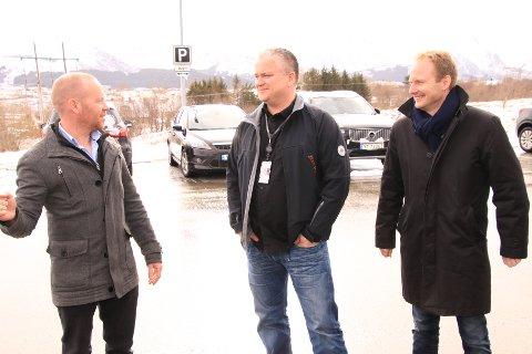 Lufthavnsjef Terje Mikal Worum på Leknes lufthavn (til venstre), her sammen med Tom Cato Karlsen og Remi Solberg.