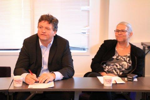 UENIGE: Øst er øst og vest er vest. Ordføreren lengst i øst, Eivind Holst og ordføreren, lengst i vest, Lillian Rasmussen er ikke enige i viktigheten av en permanent hadselfjordforbindelse. Våganordføreren omfavnet prosjektet. Moskenesordføreren ville priortere andre prosjekter foran en permanent hadselfjordforbindelse. - Jeg minner om at vi har Lofast. Den dekker våre behov, sier Rasmussen.