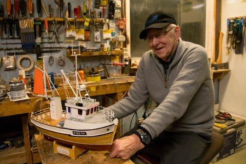 SNEKKERBUA: Her, i snekkerbua i garasjen, lager Stener modellbåter med storslått detaljrikhet.