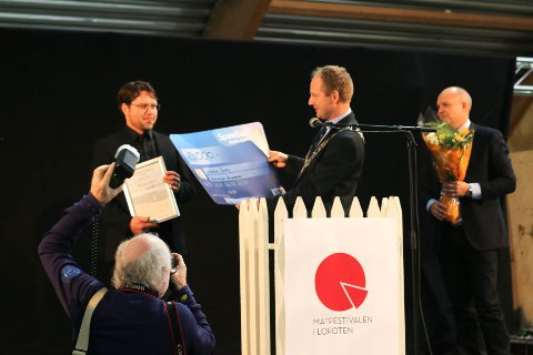 PRISUTDELING: Nestleder Bjørn Harald Brenna i Lofoten Turlag får diplom og 10.000 kroner av ordfører Remi Solberg.