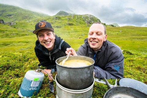 I felten: Ornitolog Martin Eggen (til høyre) er mye ute i felten. Her er han i Mørkedalen ved Napp sammen med broren Håvard.