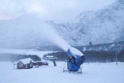 Snøkanoner lager snø i bakken i Stamsund.