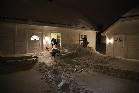 Familie tar vinduet til hjelp på Leknes. Døra går ikke opp for bare snø.
