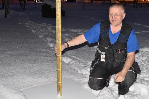 Vaktmester Ole Martin Romuld med snømålingsplata, som skal brukes til måling av snødybde på Ballstad.