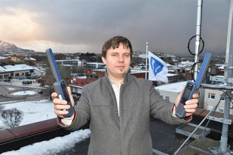 IKT-sjef i Vestvågøy kommune Kjetil Jørgensen tester satelittelefoner.