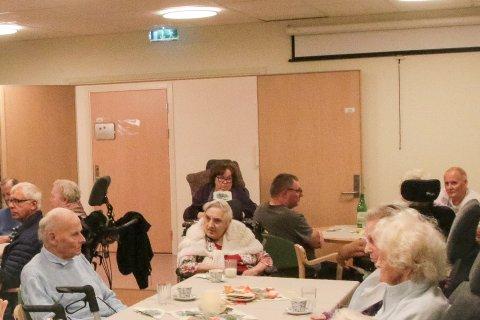 Overraskende gjenforening. Sigurd Hansen (89) til venstre og Dina Jensen (94) i midten.