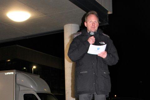 Ordfører Remi Solberg (Ap) i Vestvågøy kommune holdt appell under torsdagens fakkeltog mot nedleggelse av utdanningstilbudet i Lofoten.