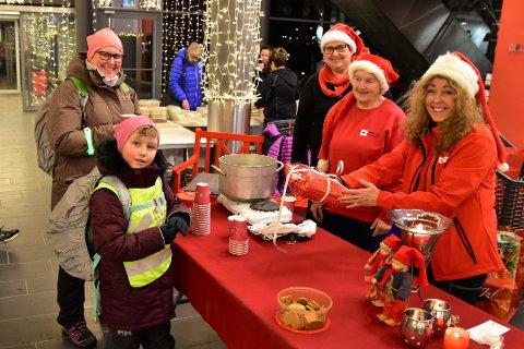 Bildet er tatt i 2019, da Josefine (7) hadde med gave til Vestvågøy Røde Kors sin Julegaveaksjon. I år har foreningen bare kunnet ta imot pengegaver.
