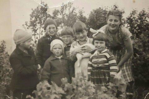 Willy Lindgaard skriver om bildet: «Ragnorongan: Fra venstre: Marit f. 1950, Inge Marthin f, 1948 (dessverre gått bort), John Willy i lys lue, f. 1952. meg, min broder Oddvar, f. 1949 som holder katta våres, han Prikken, yngste søster vår ho Margareth, f. 1952. Og så vår alles Marie f. 1936 . Tenker at dette bildet kan ha vært tattca 1956».