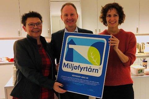 F.v. daglig leder ved ASVO Janne K. Hovland, ordfører Remi Solberg og miljøansvarlig Regine Horn Gjernes i Vestvågøy kommune.
