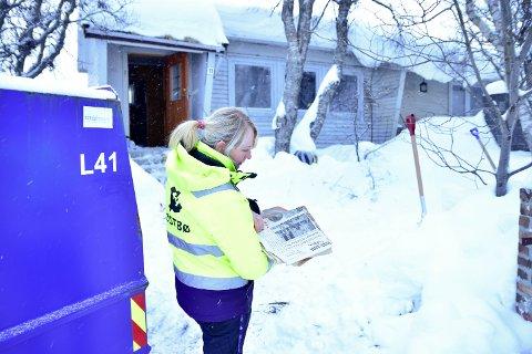 RIVES: Lokalhistorikeren Ernst Zackariassen sitt hus i Televegen 11 skal ryddes og rives. Siv Johansen fra Østbø AS fant både New York Times og Nordlands-velgeren i bunkene med gamle aviser og magasiner.