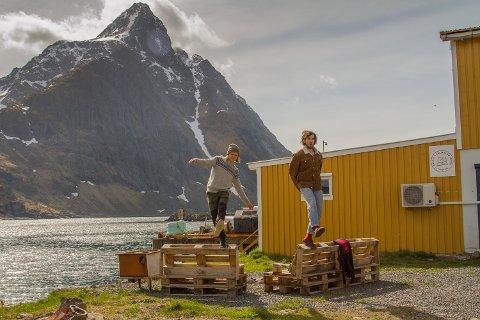 Rolf Oftedal er utdannet innen innovasjonsledelse og entreprenørskap, og Stian Morell er utdannet innen skipsdesign. Etter et år på Lofoten Reiselivsfagskole har de startet en ny turistvirksomhet på Tangstad.