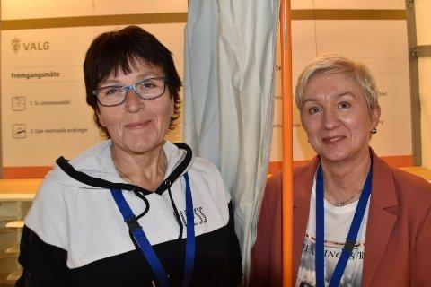 Ann Hege Hansen og Berit Olsen i servicetorget i Vestvågøy kommune er behjelpelige.