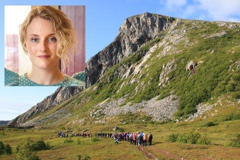 POPULÆR TUR: 95 mennesker deltok da arkeolog Caroline Fredriksen, Vestvågøy historielag og Lofoten turlag bød på lokalhistorisk vandring til Sversvika på Offersøya.