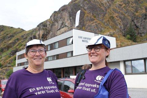 Heidi Karlsen og Helene Pettersen var klar til å sykle oppå taket av Live Lofoten Hotel.