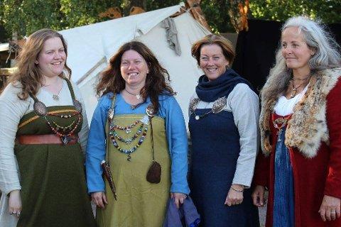 """VIKINGER PÅ TUR: """"Damer på tur til Gilde"""", skriver Kathrine Ølversdatter Helt Eriksen om dette bildet. F.v. Sunniva Oline Bårdsnes Dalland, Kathrine Ølversdatter Helt Eriksen, Gunhild Hovind og Nille Viking Glæsel."""