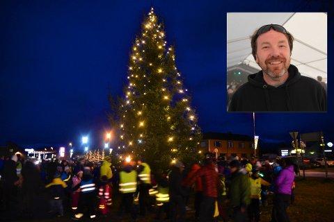 Geir Kristian Johansen (innfelt) har koordinert årets julegrantenning på Leknes. Nå må den avlyses, på grunn av været som er meldt.