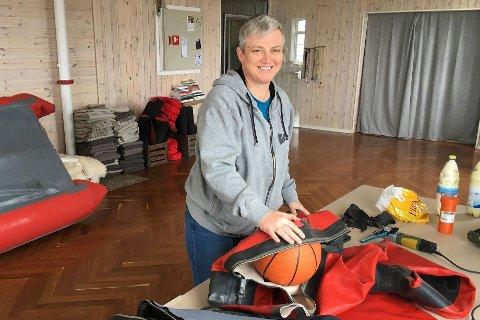 I GANG I LOFOTEN , MEN MANGLER BOLIG: Lise Pedersen (49) ønsker å etablere seg med sitt eget verksted for vedlikehold og reparasjoner av tørrdrakter i Lofoten. Her fikser hun utstyret til Reine paddling i Moskenes.