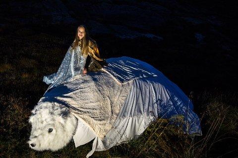 EVENTYRLIG: Kvitebjørn kong Valemon med prinsessen på ryggen var blant innslagene under lysvandringen i 2017.