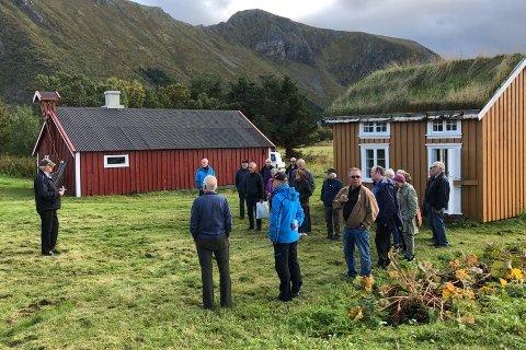 Vestvågøy historielag besøkte nylig bygdetunet i Gimsøy. Olaf Moe orienterer deltakerne.
