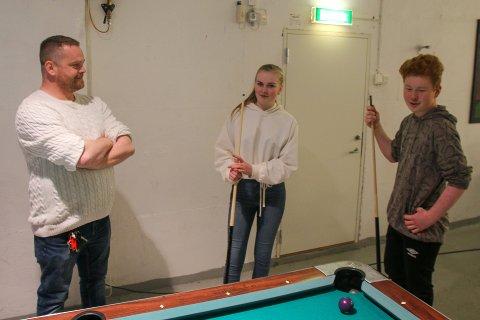Ungdomsleder Odd-Egil Benjaminsen (38) sammen med klubblederne Maja Nilsen (15) og Sondre Juvdal (15).