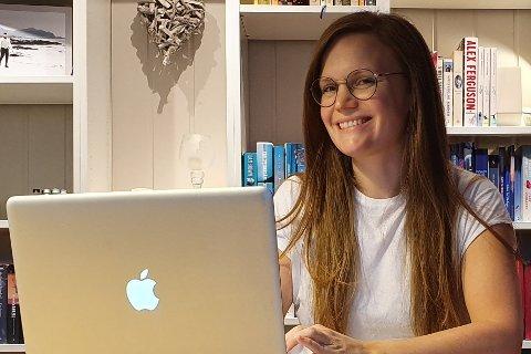 Katrine Kjølseth Brattli (34) på Leknes har startet bedriften Katvin Media, som skal hjelpe andre bedrifter med sosiale medier.