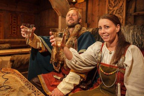Høvding Terje Bøe og husfrue Kjersti Skaufeldt ved Lofotr vikingmuseet svinger glasset for den nye satsingen på egen- og lokalprodusert øl, i samarbeid med Lofotpils.