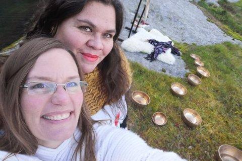 Ingrid Johanson (43, bak i bildet) og Camilla Wejdemar (41) vil bringe yogaen til Moskenes-folket, gjennom sitt nystartede Joincawe yogastudio på Reine.