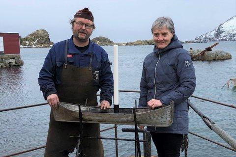 """Tor-Vegard Mørkved (""""Smeden i Sund"""") og kirkeverge Lisbeth Eriksen i Flakstad menighet er godt fornøyd med den vakre nordlandsbåten som nå skal brukes til å lyssette Flakstad kirke."""