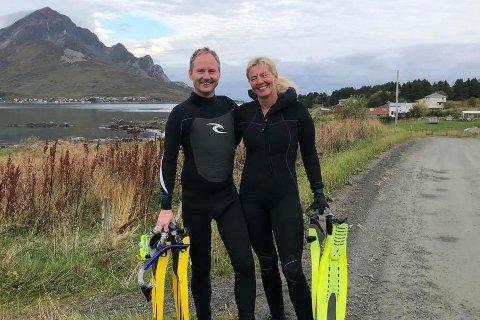 Ordfører Remi Solberg (Ap) og søsteren Tanja. Bildet er tatt etter en tidligere svømmetur i havet.
