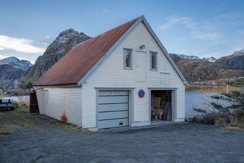 Moskenes kommune skal selge den gamle brannstasjonen på Sørvågen til høystbydende. Næringsbygget er lagt ut på det åpne markedet.