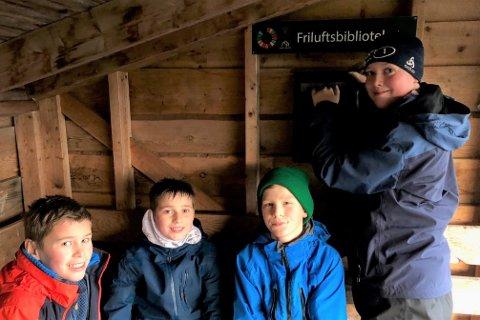 Sist torsdag var 6. trinn ved Leknes skole med til LOIF-huken ved Skulbruheia, der friluftsbiblioteket ble offisielt åpnet og innviet.