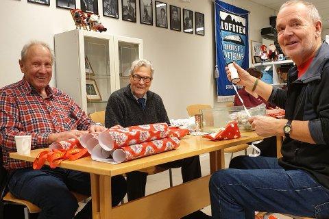 Asbjørn Odd Johansen (91, midten) og Bernyll Nordly (80, t.v.) pakket julestrømper sammen med Ståle Henningsen (74) på Lofoten house of veterans fredag.