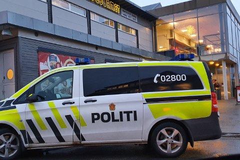 Politiet har fått ansvar for å sjekke at smittevernreglene overholdes blant annet på kjøpesentere og spisesteder. Her utenfor Lofotsenteret.