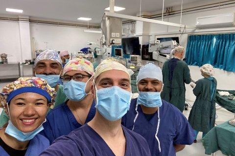 SYKEHUS-SELFIE: Ørekirurg Alexander Uppheim (40) fra Gravdal, flankert av sine nepalesiske kollegaer ved Ear Aid-sykehuset i Pokhara.