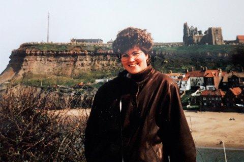 – Bildet er tatt i England, rundt 1988-89, og jeg var 22–23 år. På den tiden jobbet jeg i et britisk selskap her i Norge, og jeg ble kjent med mange briter, sier Tanya Tone Wahl (54) om sitt ungdomsbilde.