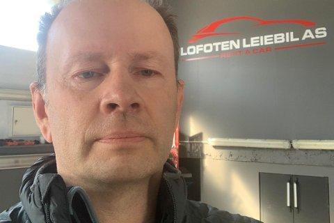 Daglig leder Tor Woje i Lofoten leiebil har fått mange telefoner fra sinte folk de siste ukene, som tror han leier ut biler til turister.