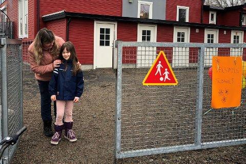 «VELKOMMEN TILBAKE»: Assistent Laila Larsen i Marihøna barnehage var glad for å ta imot Lilly Kärn (6) etter fem ukers fravær.