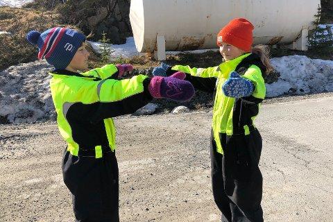 Anna Oline (t.h.) og venninnen Astrid (begge 9 år) synes det er dumt at de ikke kan klemme hverandre på grunn av korona. – Men vi leker heller i lag, og gir hverandre luftklemmer, sier Anna.