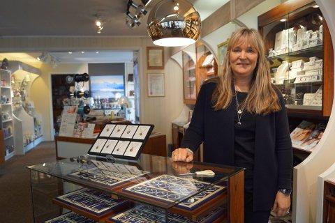 Karina Johnsen er daglig leder i Gullsmed Johnsen, som holder til i Storgata på Leknes.