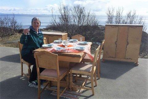 Marit Friis Eliassen kom til duk og dekket bord på Akkarvikodden søndag. Nå lurer hun på hvem som står bak.