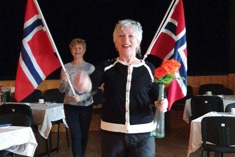 Lisbeth Lennersen (bak) og Marit Friis Eliassen er blant damene som arrangerer 17. maifest på UL Lysbøen på Ramberg i år. Innimellom alle forberedelsene må de både synge og marsjere litt.