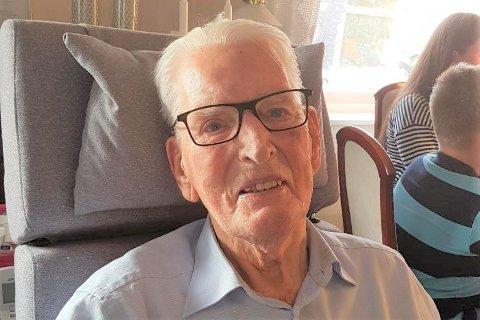 Halfdan Johnsen (93) var i sin tid pådriver i å få reist menighetshuset på Buksnes. Nå har han gitt 30.000 kroner til ny belysning i menighetssalen.