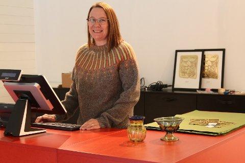 Butikksjef Margaret Stensen ved Lofotr vikingmuseum er mer enn fornøyd med nyoppussede lokaler, som skal stå klare til museet åpner igjen i neste uke.