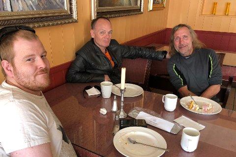 Zack (58, f.h.) og vennene Kjell-Kåre Andersen (49) og Brynjar Skjerpen (49) hadde tatt turen innom til kafeåpningen tirsdag.