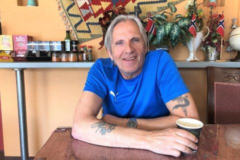 Asbjørn Hellevang (67) fra Odda i Hardanger har lang erfaring som rusavhengig. Nå har han startet treffstedet Kafé-Ro på Leknes.