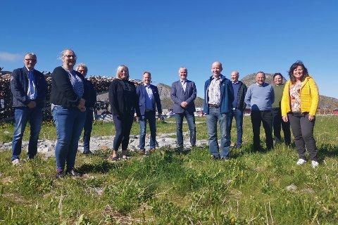 Lofotrådets arbeidsutvalg (AU), bestående av ordførerne og rådmennene fra de seks kommunene. I midten: Fylkesmann i Nordland Tom Cato Karlsen. Bildet er tatt under Lofotrådets siste møte før sommeren.