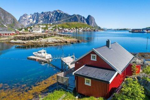 Boligmegler Fredrik Bakkejord i Eiendomsmegler 1 Lofoten tror at denne rorbua på Reine kan gå for omlag 3 millioner kroner.